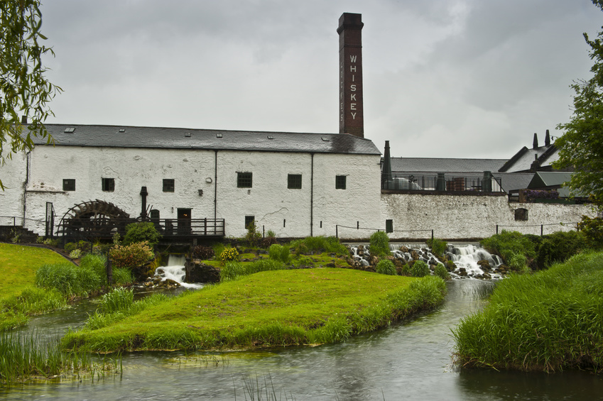 Kilbeggan Distillery in Irland am Fluss