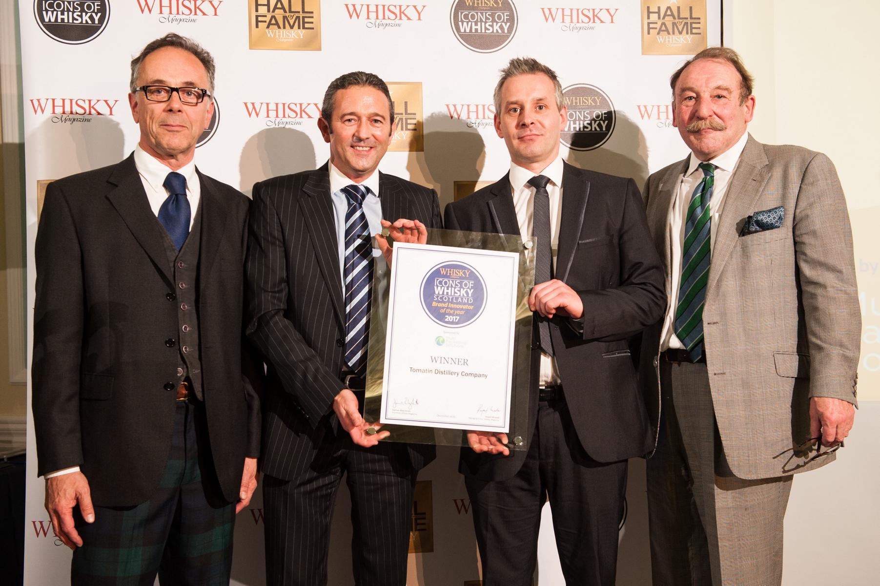 Tomatin Whisky Distillery bekommt den Award überreicht