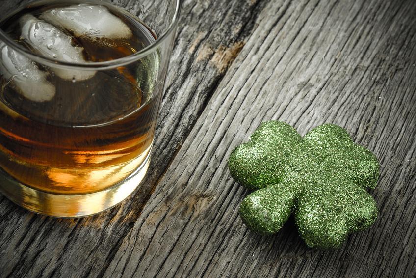 Glas mit Whisky und Kleeblatt