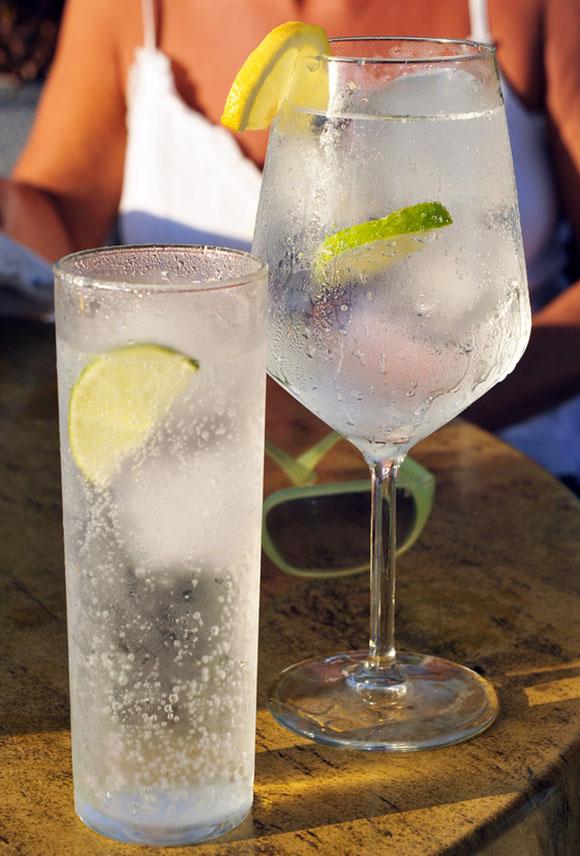 Gin Tonic Drinks + Frau im Hintergrund