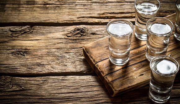 Shot-Glaser mit Vodka auf Holztisch