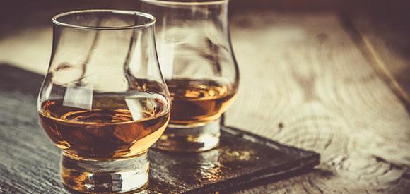 Whisky mit Eis in Gläsern