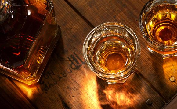 Whiskey in Gläsern und Karaffe