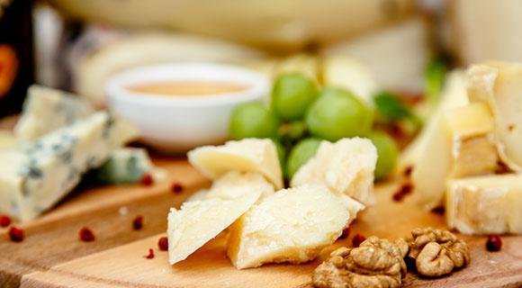 Käseplatte mit verschiedenen Sorten Käse