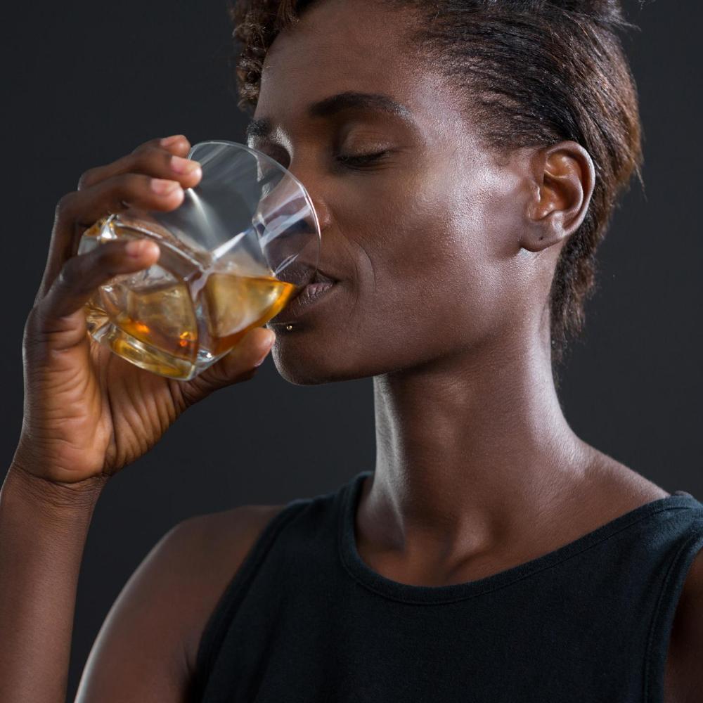 Rum trinken Whisky Frau