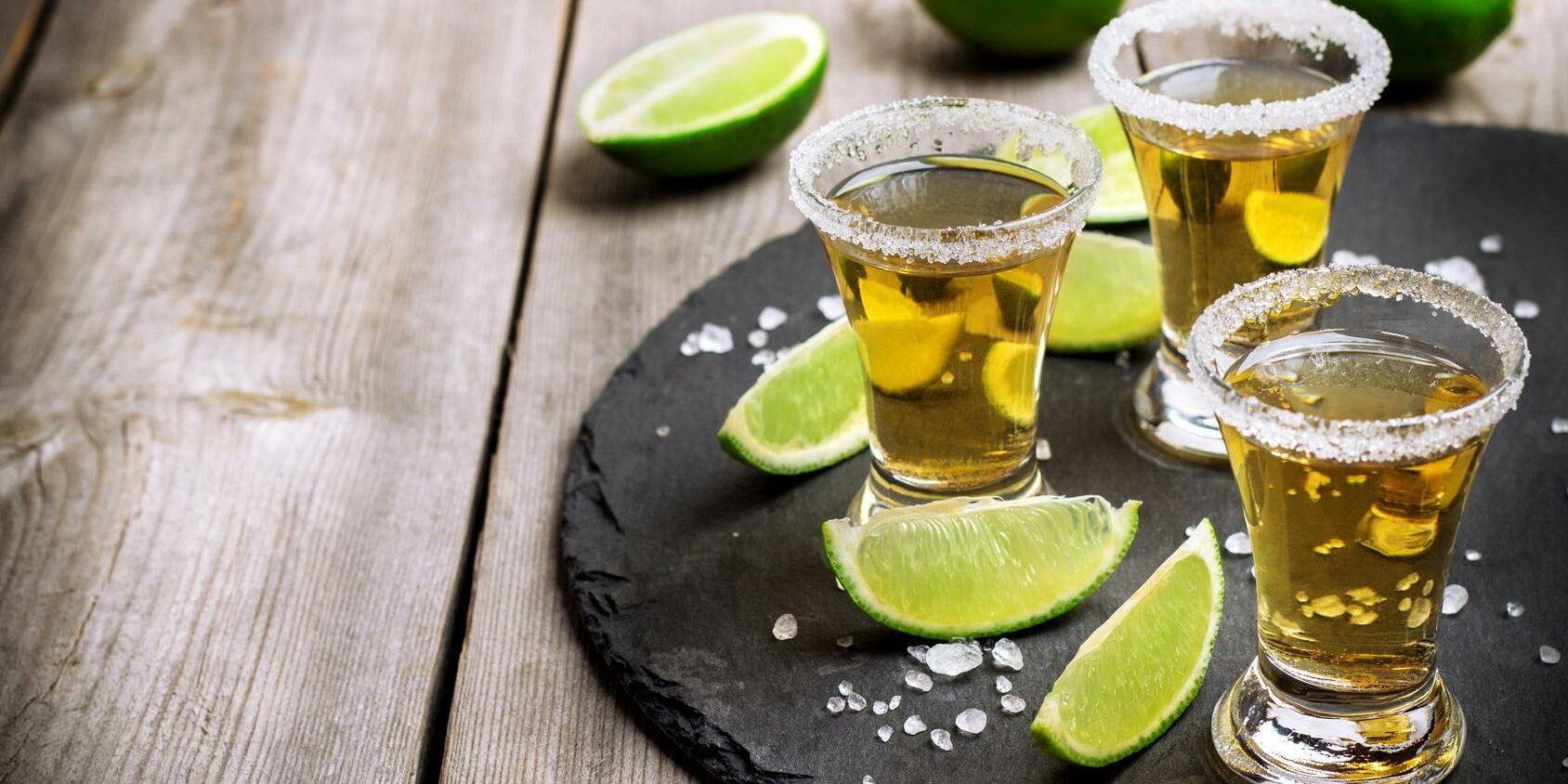 Tequila Shots mit Limettenstücken