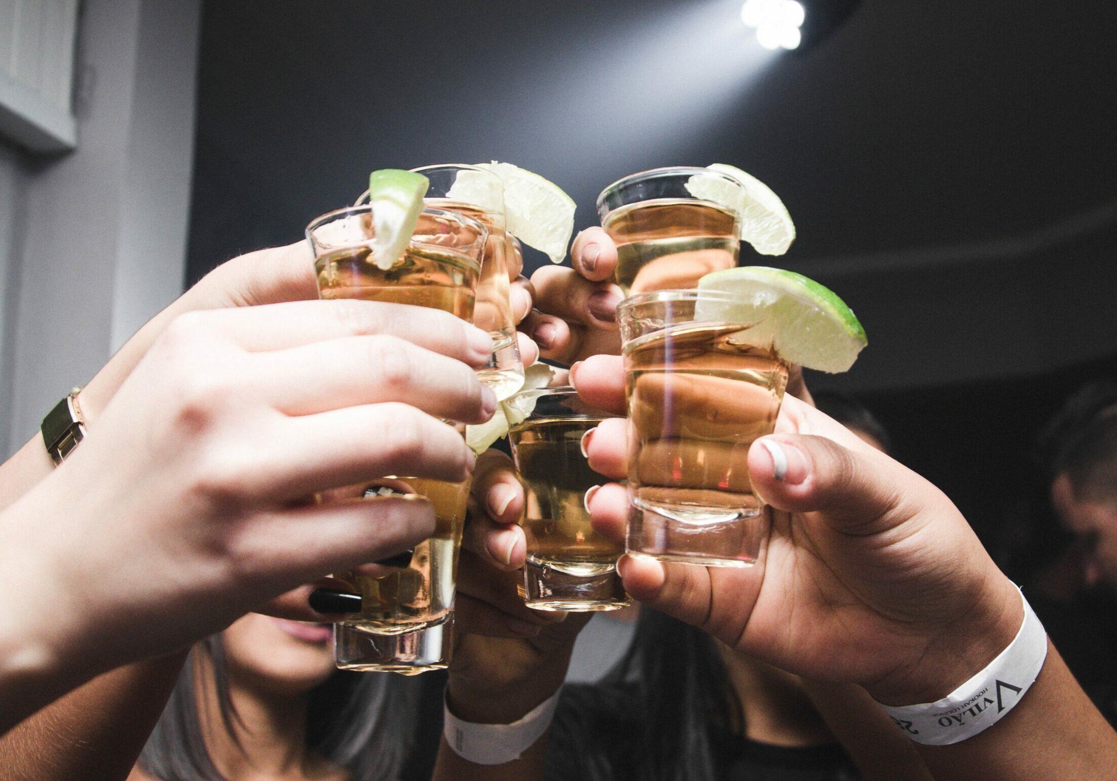 ein-hoch-auf-trinkspiele-mit-spirituosen